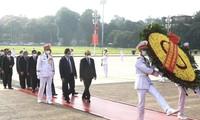 Spitzenpolitiker besuchen Ho-Chi-Minh-Mausoleum und gedenken Helden und gefallener Soldaten