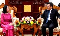 Wakil Ketua Parlemen Laos menerima delegasi Komisi urusan masalah-masalah sosial Vietnam