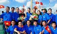 Menerbitakan buku 100 tanya-jawab tentang laut dan pulau Vietnam