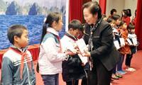 Wakil Presiden Vietnam, Nguyen Thi Doan menyampaikan beasiswa kepada anak-anak yang menjumpai kesulitan