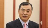 Menyampaikan Lencana peringatan kepada Dubes Tiongkok di Vietnam