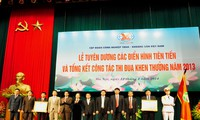 Wakil Presiden Vietnam, Nguyen Thi Doan menyampaikan gelar yang  kepada kolektif dan perseorangan cabang perbatu-baraan dan mineral