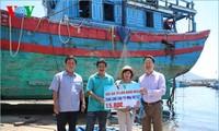 Pembaca Koran elektronik Radio Suara Vietnam memberikan bantuan uang untuk renovasi kapal ikan yang diseruduk tenggelam oleh kapal Tiongkok