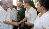 Ketua MN Vietnam, Nguyen Sinh Hung melakukan kontak dengan para pemilih kabupaten Cam Xuyen, provinsi Ha Tinh