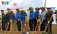 Membangun tonggak Bendera Nasional di pulau Tran di daerah Timur Laut