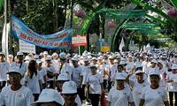 Kira-kira 8.000 orang ikut dalam gerak jalan demi korban agen oranye/dioxin