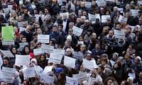 Komunitas Muslim di Italia melakukan demonstrasi untuk melawan terorisme.