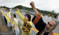 Warga Jepang melakukan demonstrasi memprotes pengaturan kembali pangkalan militer oleh AS