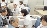 Merawat dan mengembangkan peranan kaum lansia merupakan haluan konsekuen dari Partai Komunis dan Negara Vietnam