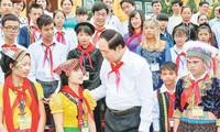 Presiden Tran Dai Quang melakukan pertemuan dengan para pejalar dan mahasiswa etnis minoritas yang tipikal tahun 2016