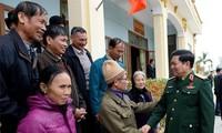 Menhan Vietnam, Ngo Xuan Lich melakukan kontak dengan para pemilih provinsi Ha Nam