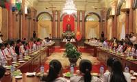 Presiden Vietnam, Tran Dai Quang melakukan pertemuan dengan anak-anak miskin yang belajar baik di seluruh negeri