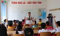 Menyampaikan perangkat buku pelajaran kepada orang Vietnam di Republik Czech