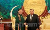 Memupuk dan mengembangkan hubungan solidaritas istimewa Vietnam-Laos