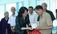 Wapres Vietnam, Dang Thi Ngoc Thinh mengunjungi para kepala keluarga dan memberikan beasiswa di Provinsi Binh Phuoc