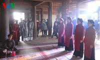 Menerima piagam pengakuan nyanyian lagu rakyat Xoan Phu Tho sebagai Pusaka budaya nonbendawi umat manusia