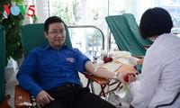 Orang-orang menyumbangkan tetesan darah kasih sayang supaya kehidupan manusia tetap tinggal