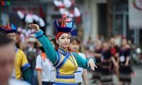 Banyak program kesenian Festival Hue menyerap kedatangan banyak pengunjung