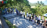 Para wisatawan datang berziarah di makam Jenderal Vo Nguyen Giap