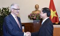 Deputi Harian Menlu Vietnam, Bui Thanh Son menerima Geert Bourgeois, Gubernur Pemerintah Kawasan Flanders, Kerajaan Belgia