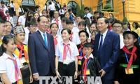 Presiden Viet Nam, Tran Dai Quang melakukan pertemuan dengan rombongan anak-anak yang menjumpai kesulitan berat dan tipikal dari seluruh negeri