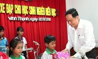 Ketua Pengurus Besar Front Tanah Air Viet Nam, Tran Thanh Man menyampaikan beasiswa kepada para pelajar miskin di Kabupaten Vinh Thanh, Kota Can Tho