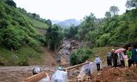 PM Viet Nam, Nguyen Xuan Phuc memimpin rapat tentang pemberian bantuan darurat berupa rumah tempat tinggal kepada para kepala keluarga yang kehilangan rumah akibat banjir bandang dan longsor tanah