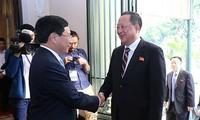 Deputi PM, Menlu Viet Nam, Pham Binh Minh melakukan pembicaraan dengan Menlu RDRK, Ri Yong Ho