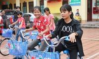 VOV memberikan hadiah berupa sepeda dan beasiswa kepada para pelajar miskin di daerah pegunungan