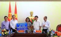 Pengurus Besar Front Tanah Air Vietnam membantu warga di daerah banjir