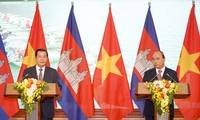PM Vietnam, Nguyen Xuan Phuc dan PM Kamboja, Samdech Techo Hun Sen melakukan jumpa pers untuk mengumumkan hasil pembicaraan
