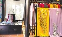 Menyosialisasikan sutra dan kain ikat Vietnam ke dunia