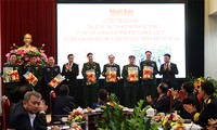 "Koran ""Nhan Dan""  Menyampaikan Buku kepada Para Prajurit yang Sedang Bertugas di Daerah Perbatasan, Daerah Laut dan Pulau"