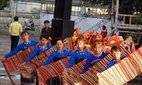 Banyak permainan rakyat untuk melayani para pengunjung pada Program Warna Musim Semi di Provinsi Kon Tum