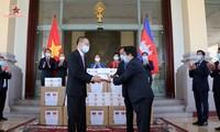 Menyerahkan peralatan medis yang diberikan MN Vietnam kepada Parlemen dan Majelis Tinggi Kamboja