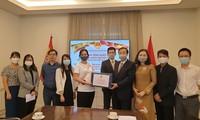 Menyampaikan masker yang diberikan Pemerintah Vietnam kepada komunitas orang Vietnam di Spanyol