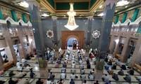 Pendapat yang saling bertentangan tentang pembukaan masjid-masjid di Indonesia