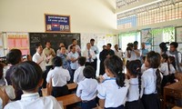 """SD Persahabatan Ba Ria KampongThom – """"titik cerah"""" yang sangat humanis di tengah hutan karet di Kamboja"""