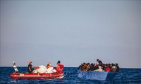 Menyelamatkan ratusan migran di lepas pantai Libya