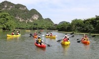 Pusaka dunia Trang An menyediakan jasa mengayuh perahu kayak