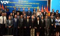 Berupaya mendorong satu Komunitas ASEAN yang berkaitan kokoh dan cepat tanggap terhadap semua tantangan