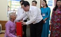 Kota Hanoi: Dana 370 Miliar VND untuk Memikirkan Orang-Orang yang Mendapat Kebijakan Prioritas dan Kaum Pekerja pada Hari Raya Tet