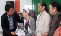 Tet gifts presented to poor households, policy beneficiaries