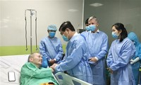 Ho Chi Minh City leader visits British COVID-19 patient in hospital