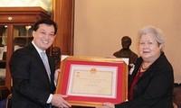 Вручение памятной медали француженке вьетнамского происхождения