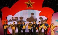Вручение призов победителям викторины 40-летия со дня Победы в небе над Ханоем