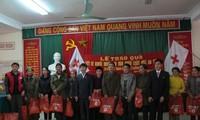 Во Вьетнаме вручают новогодние подарки малоимущим людям