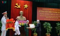 Генсек ЦК КПВ, президент Вьетнама Нгуен Фу Чонг вручил знак «70 лет членства в КПВ» бывшему генсеку ЦК КПВ Ле Кха Фиеу