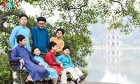 """Мужчины во вьетнамском традиционном платье """"аозай"""" - усиление праздничной атмосферы"""