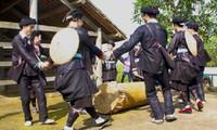 Танец с барабанами народности Зяи в провинции Хазянг